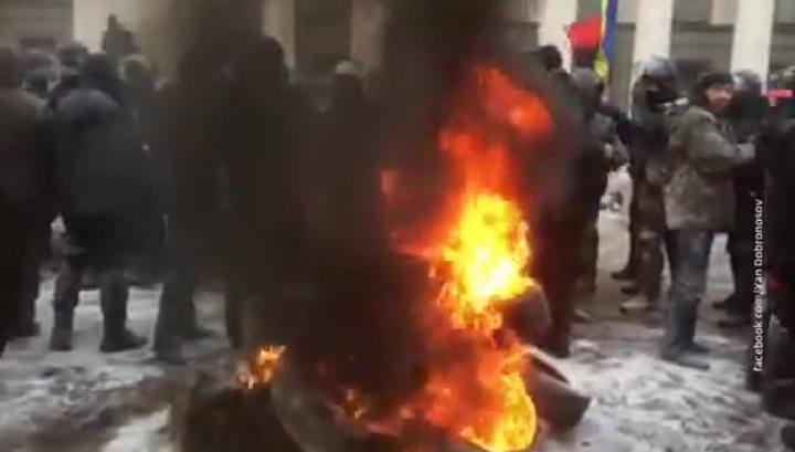 У Верховной рады сожгли флаг России из-за закона о реинтеграции Донбасса