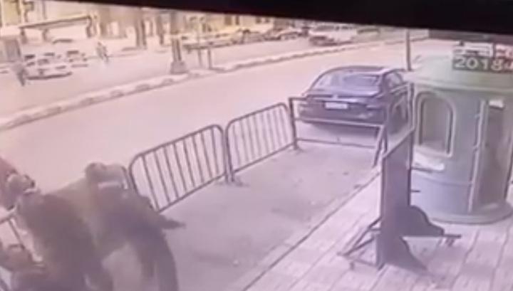 Трое египетских полицейских поймали выпавшего с балкона ребенка