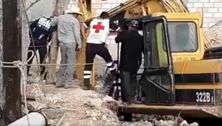 В Мексике спасатели 10 часов вытаскивали ребенка из колодца