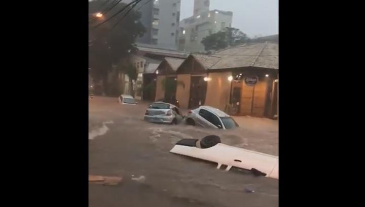 Мощный поток смыл автомобили с городских улиц в Бразилии