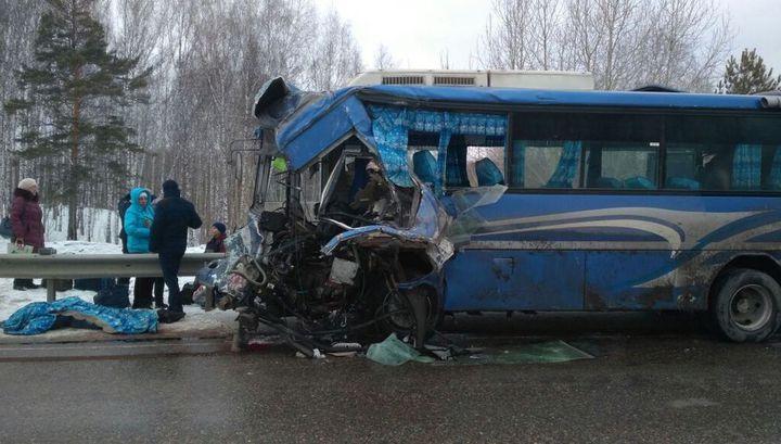 Два человека погибли в лобовом столкновении грузовика с автобусом в Томской области