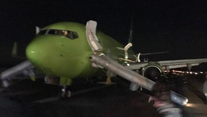 """""""Нечем дышать"""": пассажир снял эвакуацию из задымившегося самолета в Домодедове"""