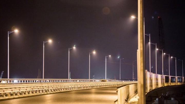 На Крымском мосту включили свет