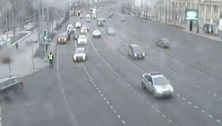 Пьяный лихач прокатил столичного инспектора на двери машины. Видео