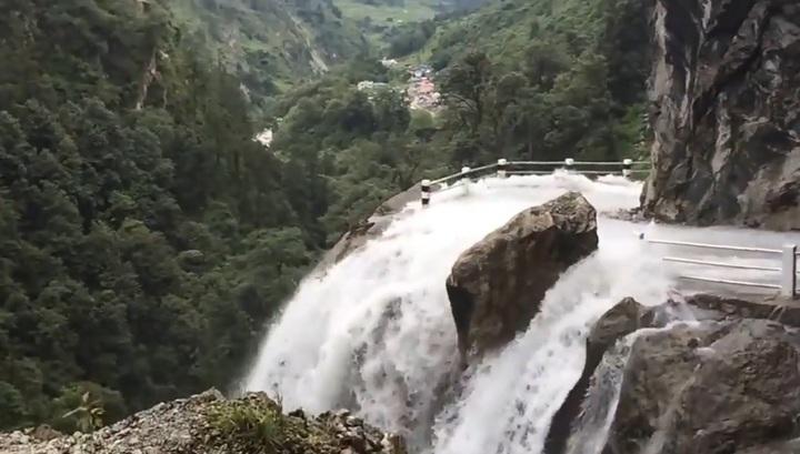 Пассажир авто снял на видео опасную поездку по размытой горной дороге во Вьетнаме