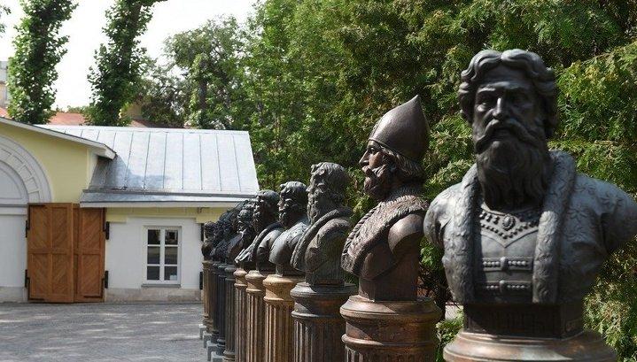 """На """"Аллее правителей"""" в Москве установили бюст Бориса Ельцина"""