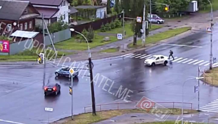 Развернувшееся после аварии такси сбило мужчину на переходе в Рыбинске