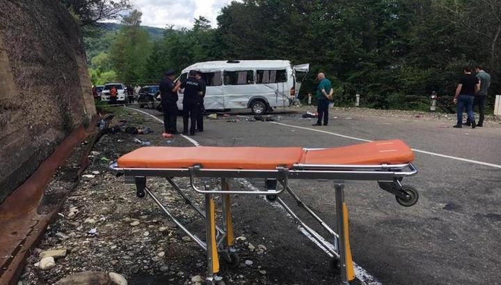 Появилось видео с места падения экскурсионного автобуса в овраг в Грузии