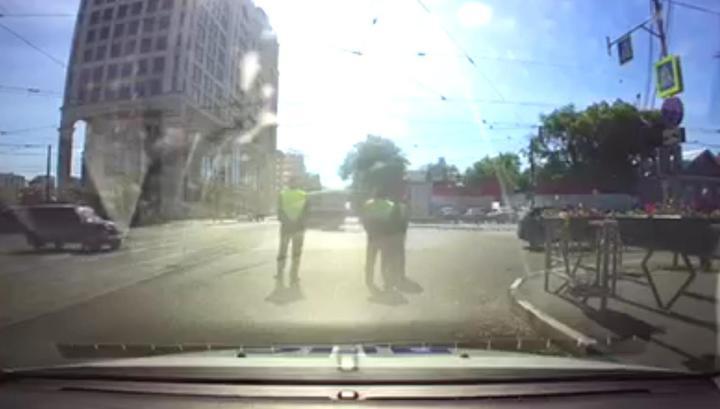 Самарский водитель сбил остановивших его инспекторов