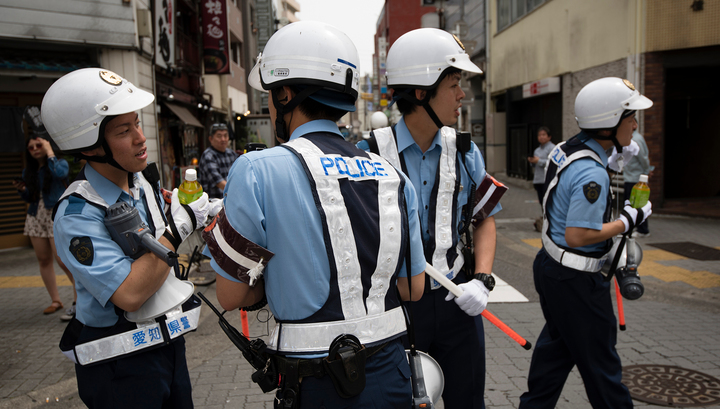 В Японии неизвестный напал с ножом на полицейского и отнял у него пистолет