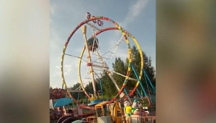 Появилось видео ЧП с аттракционом в Новосибирске, где посетители зависли вниз головой