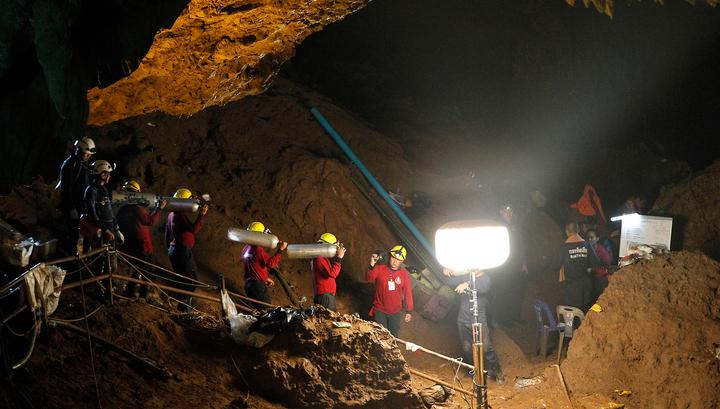 В Таиланде спасатели продолжат поиск детей, заблокированных в пещере восемь дней