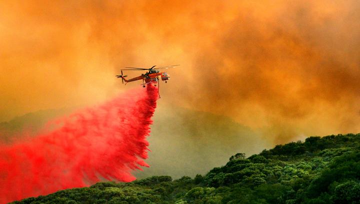 Сильный дым мешает авиации тушить природные пожары на западе Канады
