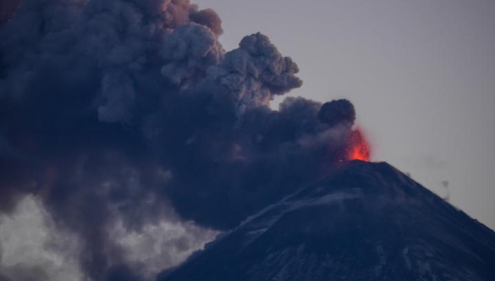На Камчатке двое туристов попали под камнепад при восхождении на вулкан Ключевской