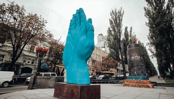 В Киеве на месте Ленина выросла гигантская синяя рука