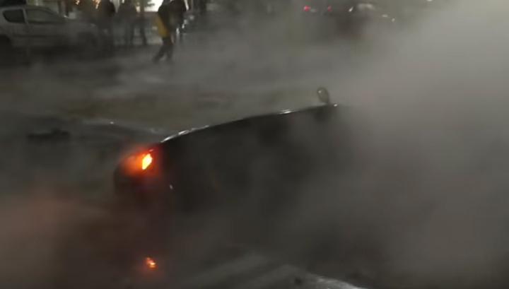 Машина провалилась в кипяток в центре Киева