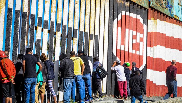 Из-за мигрантов Пентагон усилил охрану на границе с Мексикой