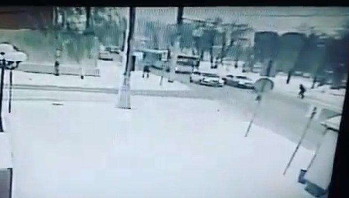 Легковушка сбила пешехода после столкновения с автобусом в Барнауле