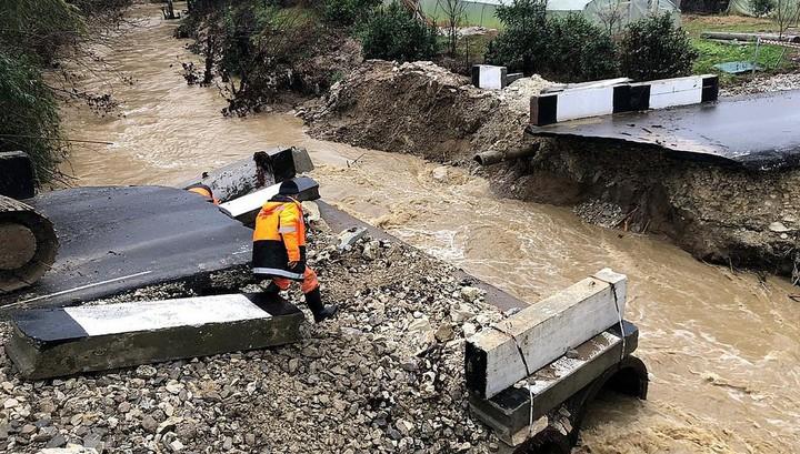 В Сочи после ливня размыло недавно возведенный мост