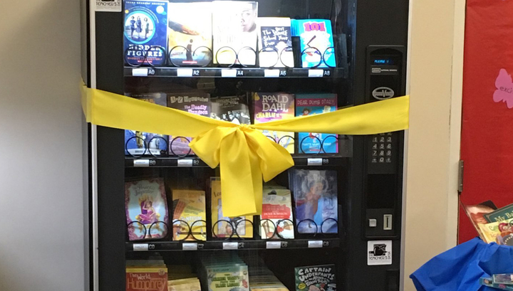 В нью-йоркской школе поставили автомат с бесплатными книгами, чтобы привлечь детей к чтению