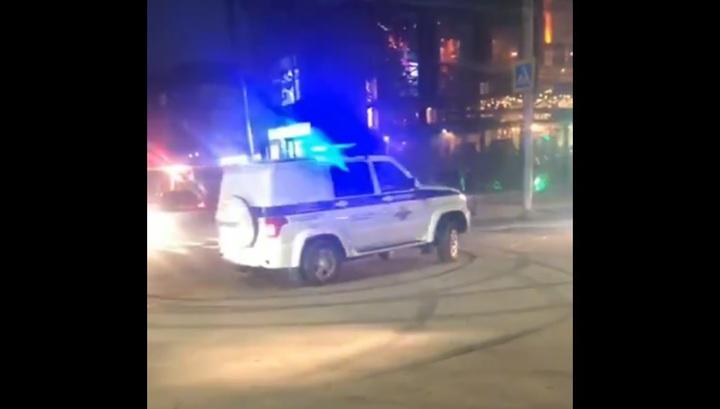 В Махачкале чуваки на дорогих иномарках берут на таран полицейский УАЗ. ( видео )