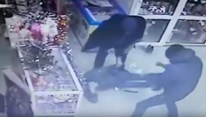 Просто ждал такси: в Белогорске избили и ограбили мужчину в цветочном магазине