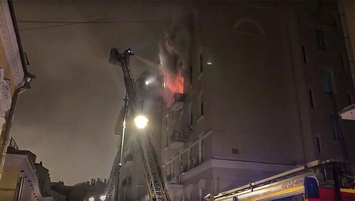 Число жертв пожара в доме на Никитском бульваре выросло до 2, здание обрушивается