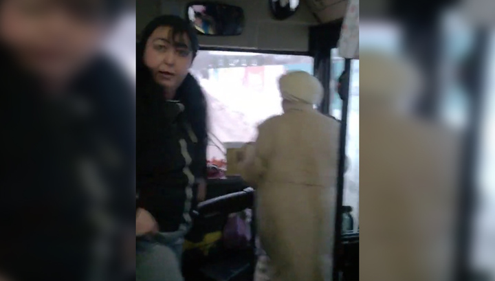 """Всю исцарапала до крови"": схватка кондуктора и старушки попала на видео"