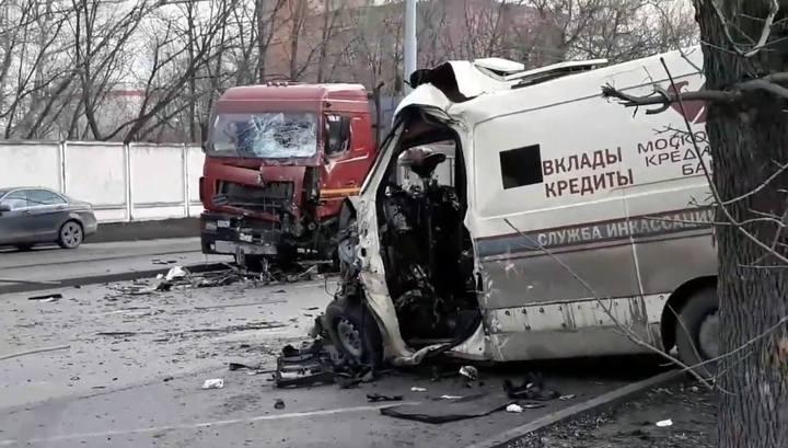 Один человек погиб в столкновении инкассаторской машины с грузовиком в Москве