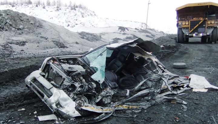 В Карелии водитель карьерного самосвала не заметил машину и раздавил ее