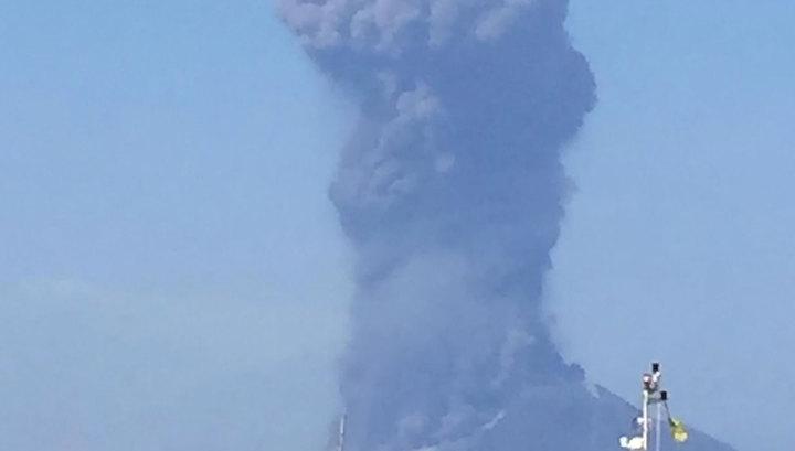 На острове для отдыха богатых туристов началось извержение вулкана