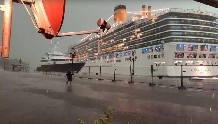 Из-за непогоды круизный лайнер едва не раздавил яхту для состоятельных туристов
