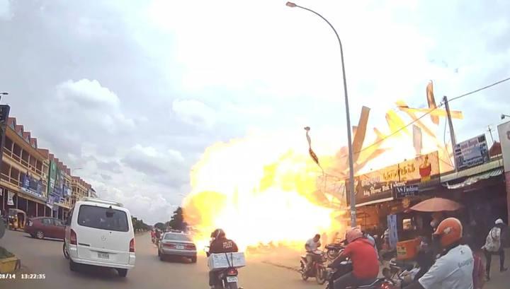 Мощный взрыв на АЗС в Камбодже попал на видео