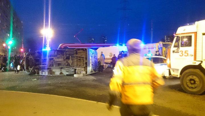 В Питере маршрутка с пассажирами влетела в трамвай и перевернулась