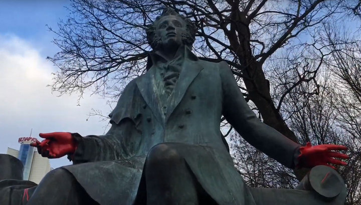 В Минске вандалы облили красной краской памятник Пушкину
