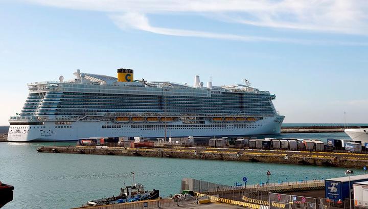 Не дают информации: среди пассажиров лайнера, задержанного в Италии, начинается паника