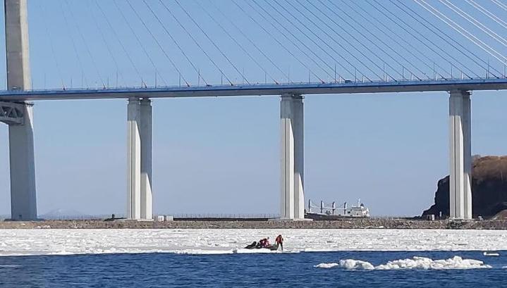 Покатались на льдине: двух подростков спасли в заливе Босфор Восточный