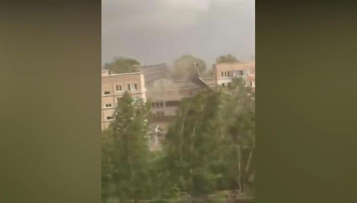 Ураганный ветер снес крышу дома в Красноярском крае