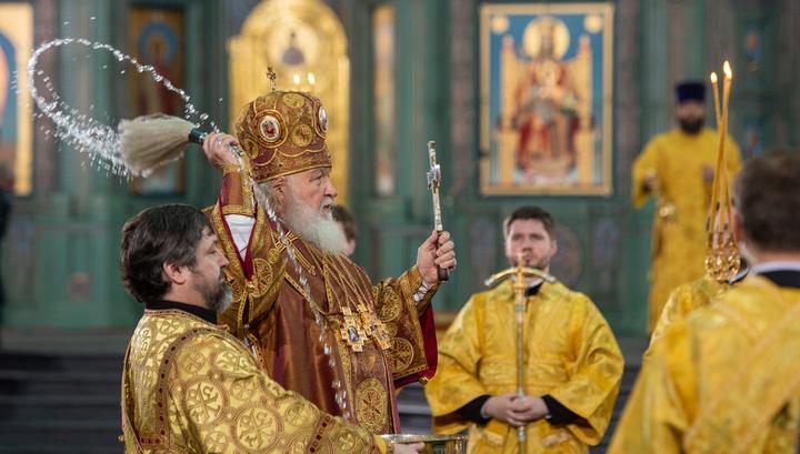 Патриарх Кирилл помолился о павших защитниках Отечества и об избавлении от коронавируса