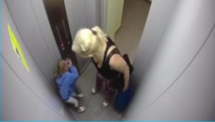 Женщину, жестоко избившую в лифте девочку, разыскивают красноярские полицейские