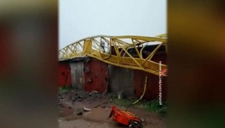 В Набережных Челнах мощный ветер повалил два строительных крана