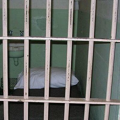 Трех коллекторов посадили в тюрьму после самоубийства должницы в Челябинске