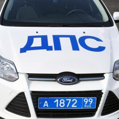 В Москве легковая машина провалилась в метровую яму на дороге