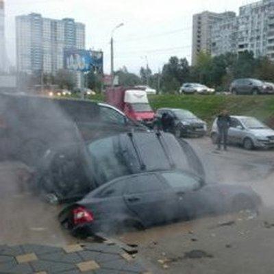 В Самаре легковая машина провалилась под асфальт