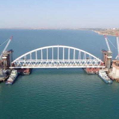 Первое судно прошло под обоими арочными пролетами моста через Керченский пролив