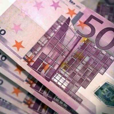 Курс евро во время торгов на Московской бирже снизился более чем на 1%
