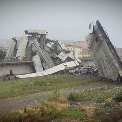До 20 человек могут оставаться под завалами автомобильного моста у итальянской Генуи