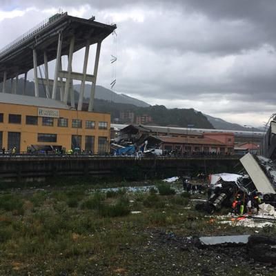 Вторая ночь поисковых работ на месте обрушения моста в Генуе не принесла результатов