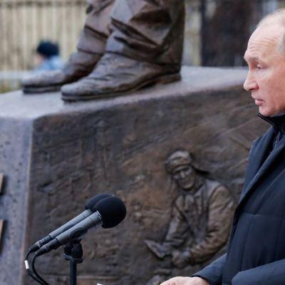 Владимир Путин приехал на открытие памятника Александру Солженицыну