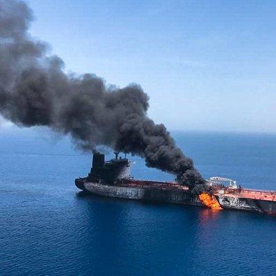 Экипаж постарадавшего в Оманском заливе танкера поднят на борт американского ракетного эсминца